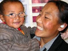 Enfant asiatique avec ses nouvelles lunettes